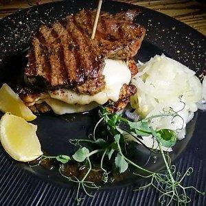 Стейк из говядины с белым соусом, Албена