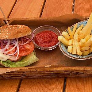 Курбургер с картошкой фри, Албена