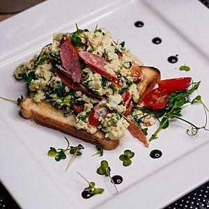 Скрэмбл с колбасками и сыром чеддер, Martin Cafe