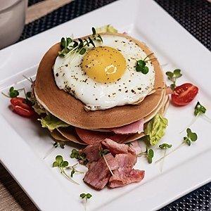 Панкейк с беконом и яйцом, Martin Cafe