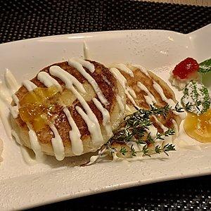 Сырники из рикотты со сметаной и абрикосовым джемом, Martin Cafe