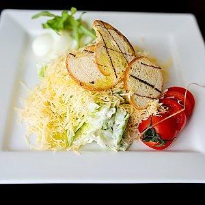 Салат Цезарь с курочкой и соусом Песто, Martin Cafe