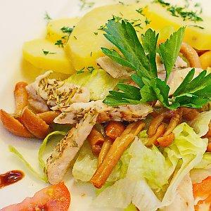 Салат с цыпленком и лесными опятами, Martin Cafe