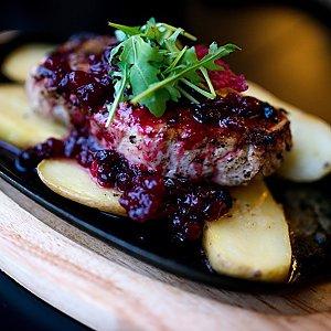 Стейк из свинины с картофелем и брусничным соусом, Martin Cafe