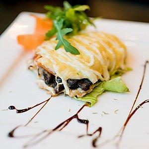 Сочное мясо запеченное с грибами, сыром и овощами, Martin Cafe