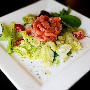 Салат с семгой и киви, Martin Cafe