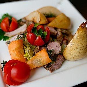 Стейк-салат с карамелизированной грушей, Martin Cafe