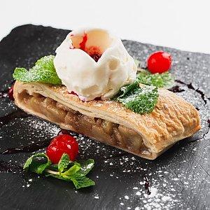Штрудель с мороженым и клубничным сиропом, Martin Cafe