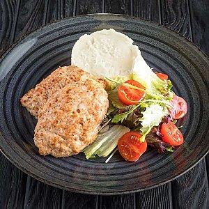 Куриные котлеты с картофельным пюре, CAFE GARAGE - Гомель