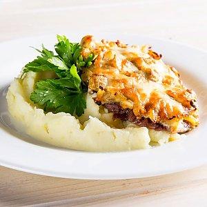 Запеченная свинина с грибами и картофельным пюре, CAFE GARAGE - Гомель