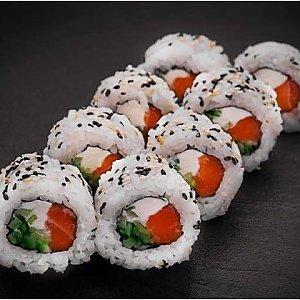 Урамаки Калифорния в кунжуте с лососем, Fusion Food