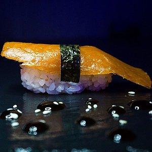 Нигири с копченым лососем, Black Fox Bar
