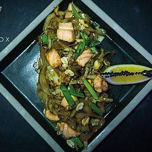 Лапша рисовая с лососем, Black Fox Bar