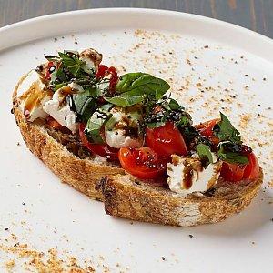 Брускетты с томатами черри, сыром фета и базиликом, Terra Pizza
