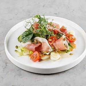 Салат из сезонных овощей с тыквенными семечками и острым соусом из мёда акации, Terra Pizza