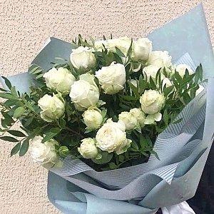 Букет из пионовидных белых роз с зеленью, Lotus Flower