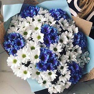 Букет из 151 белой и синей ромашки в оформлении, Lotus Flower