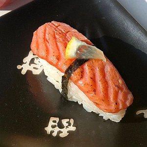 Нигири с опаленным лососем , СушиДо