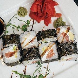 Ролл с копченым лососем и авокадо, SUSHIST