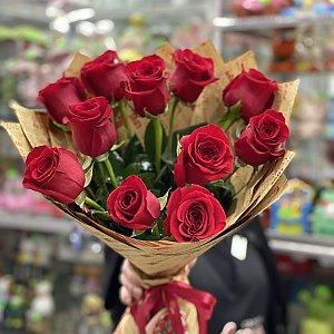 Монобукет из 11 красных роз в крафт-бумаге, Лора