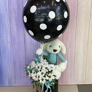 Композиция Зайка с цветами и шаром, Лора