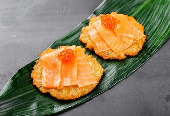 Купить Картофельные оладьи с лососем и икрой, SushiTime