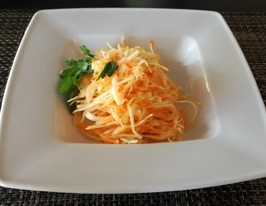 Купить Салат из свежей капусты с перцем и огурцом, Martin Cafe
