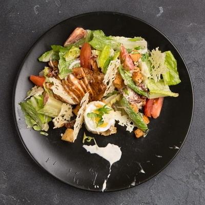 Купить Салат с куриным филе гриль и чипсами пармезан, FAST GOOD